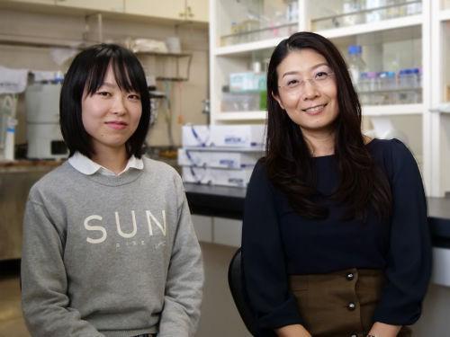 写真4 東京工業大学生命理工学院生命理工学系の大学院生岡本恵里さん(左)と、准教授の田中幹子さん(右)