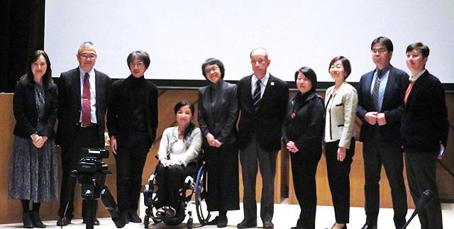 シンポジウムの登壇者と関係者。左端が渡辺美代子さん