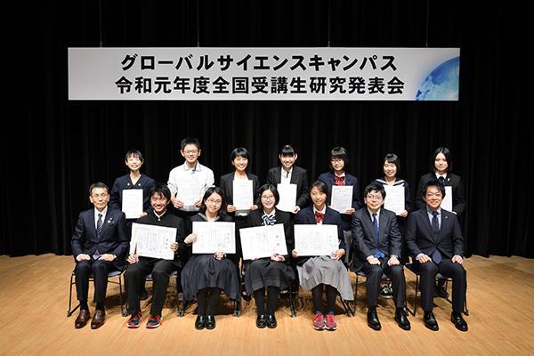受賞者たちを囲んだ集合写真