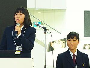 発表する山下志乃さん(左)と若田杏実さん(右)
