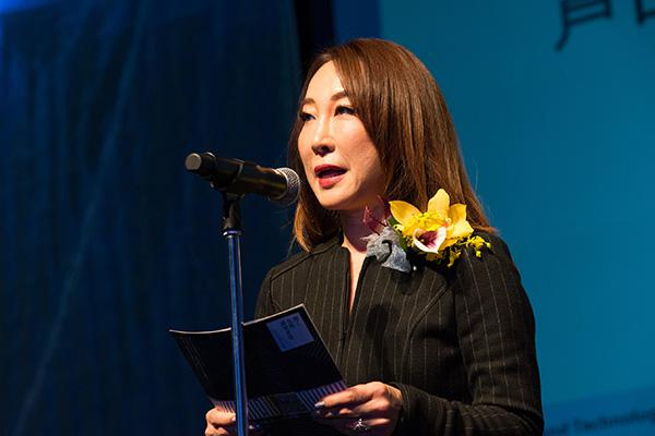プレゼンターとしてあいさつする芦田多恵さん