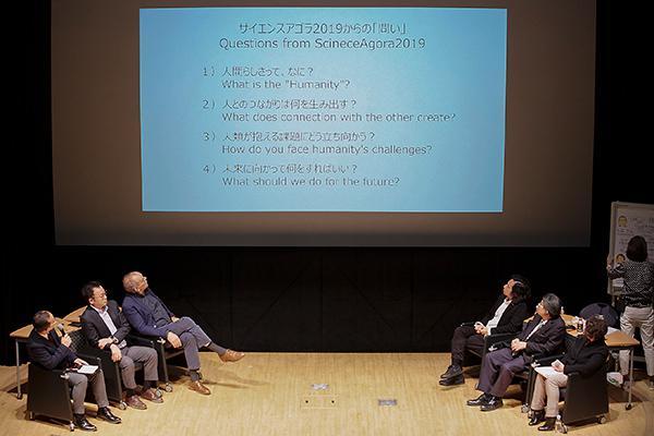 サイエンスアゴラ2019からの「問い」を紹介する駒井章治さん(左)とパネリストたち