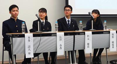 積極的に意見を述べる本多諒大さん、長澤春香さん、松元優貴さん、熊野柚瑞華さん