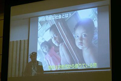 ビデオレターでキリバスの現状を紹介した日本キリバス協会のケンタロ・オノ氏。海抜の低い島嶼群からなるキリバスでは、海水面上昇の影響で水没する地域が出始めているという。
