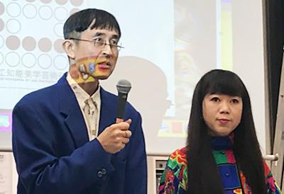 冒頭挨拶する中ザワヒデキ・AI美芸研代表(左)と草刈ミカ・同企画制作
