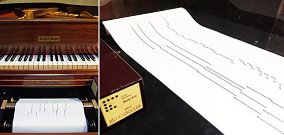 自動演奏ピアノ(左)と、演奏時にセットされるロール紙(提供・撮影:人工知能美学芸術研究会)
