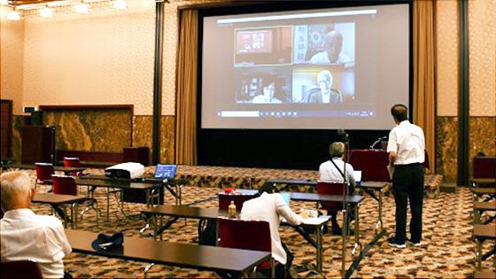 7月20日の記者会見の様子。会見した3人はテレビ会議形式で参加した。感染防止対策のため、記者は日本記者クラブ(東京都千代田区内幸町)の会見場からとオンラインで質問した(日本記者クラブ提供)
