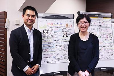 終了後にグラフィックレコードの前で。福島さん(左)と中鉢さん(右)