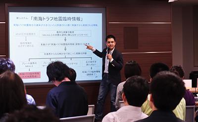 「南海トラフ地震臨時情報」の仕組みについて説明する福島さんと聞き入る参加者