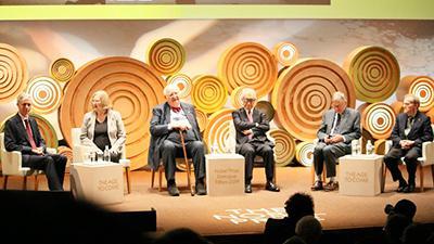 ノーベル賞受賞者によるパネルディスカッションの様子。右からパネリストのランディ・シェックマンさん、ティム・ハントさん、本庶佑さん、アンガス・ディートンさん、エリザベス・H・ブラックバーンさん、一番左は司会進行のアダム・スミスさん