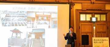 災害時の宗教施設の役割についてスライドを映して説明する稲場圭信さん