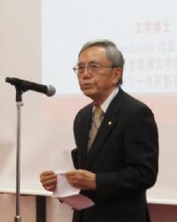 開会あいさつをする日本工学アカデミー会長の阿部博之さん