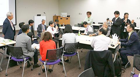PMを囲み科学技術の共通言語化作業を行う参加者達