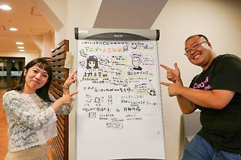 カフェ終了後ギジログの前で記念撮影。上野さん(左)とはたなかさん(右)