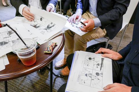 「人外さんの嫁」の4コマの順序をシャッフルして印刷したシート11話分が各テーブルに配られた