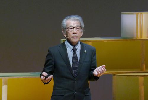写真3 第1部「科学と食」のパネルディスカッションに入る前に講演する岩永勝氏