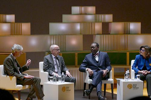 写真4 岩永勝氏から提起された2つの食の問題について議論するパネリスト(右からマリオン・ギュー氏、アキンウミ・アデシナ氏、フィン・キドランド氏)とモデレーターのアダム・スミス氏