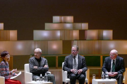 写真5 「食の今昔と未来」をテーマに文化人類学・伝統・文化から見た食について議論するパネリスト(右からヨハン・ダイゼンホーファー氏、スタンレー・ウリジャチェク氏、クロード・フィッシュラー氏)と進行役の長谷川眞理子氏