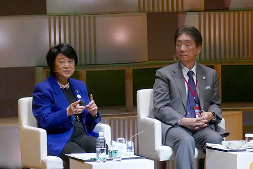 写真6 宇宙食の今と昔について語る向井千秋氏(左)とインタビュアー役の安西祐一郎氏(右)
