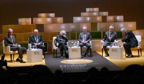 写真8 最後を締めくくる5人のノーベル賞受賞者(右からティム・ハント氏、大隅良典氏、フィン・キドランド氏、アダ・ヨナット氏、ヨハン・ダイゼンホーファー氏)
