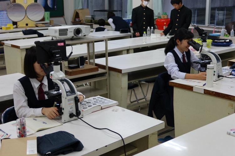 研究活動の大半は地道な顕微鏡観察が続く ※画像提供:天草高校