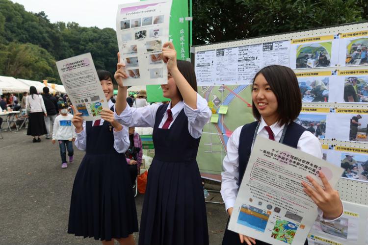 地元のお祭りで研究の紹介をする松村さん(手前) ※画像提供:天草高校