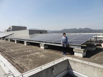 西京高校の屋上に設置された太陽光パネル。※画像提供:浅利美鈴