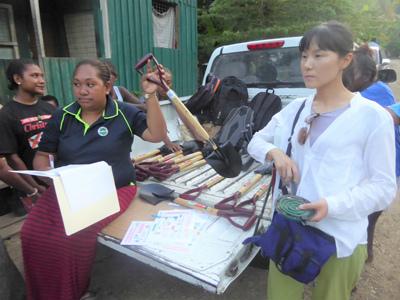たい肥化の作業をするためのスコップを島民たちに配布した。※画像提供:浅利美鈴