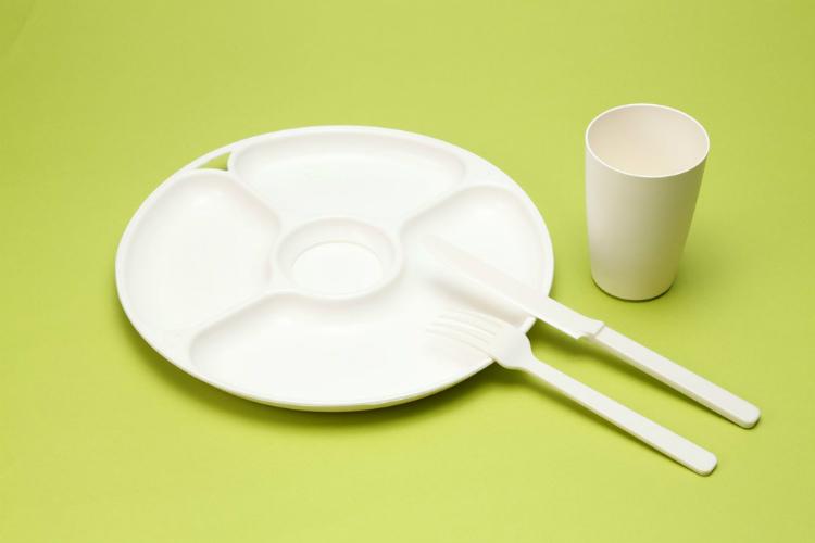 PHBHで作られたプラスチック製品は、通常の環境で使用していれば分解されることはない。土壌や海水の中などでは、微生物の働きにより自然に分解されていく性質を持っている。 ※画像提供:株式会社カネカ