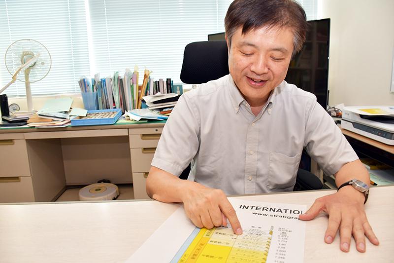 地質年代表に新たに入った「チバニアン」を指さす岡田さん ※画像提供:茨城大学