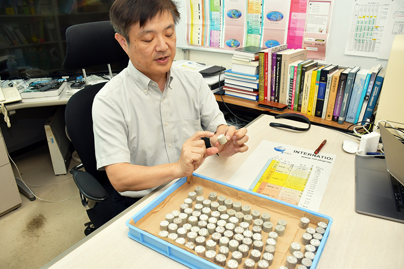 地磁気測定のため地層から採取した試料を手にする岡田さん ※画像提供:茨城大学