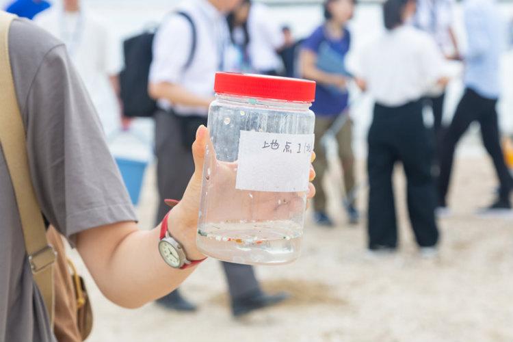 須磨海岸の砂にはどれくらいのマイクロプラスチックが潜んでいるのか。瀬戸内海の「高校生サミット」のメンバーが挑んだ。
