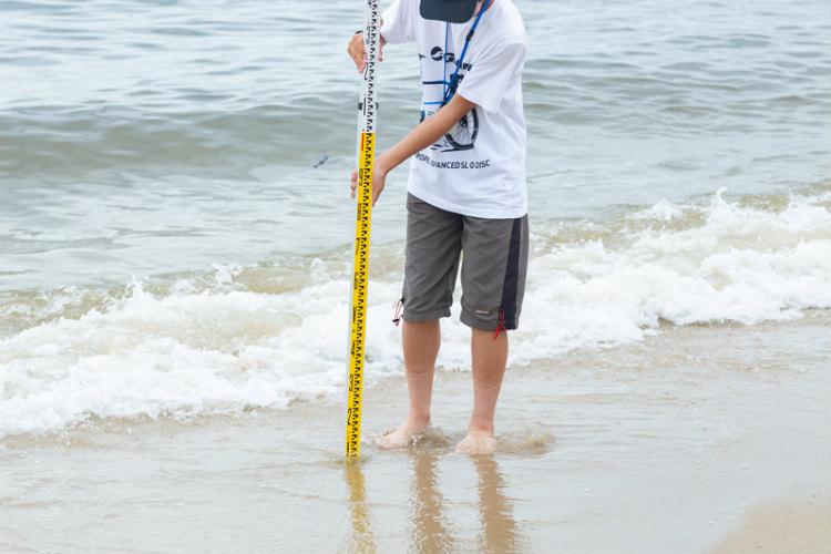 ① 調査する場所を決め、波打ち際からの距離や高低差を計測し、記録する。