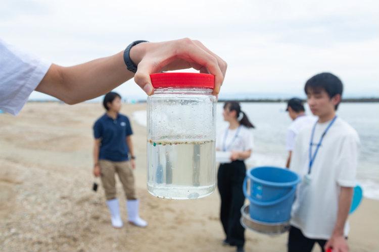 ③ 採取した砂に含まれるマイクロプラスチックを選別し、数を数える。