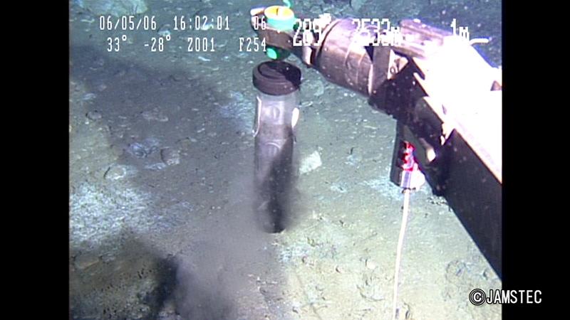 古細菌を含む堆積物を深海底から採取する様子。 ※画像提供:JAMSTEC