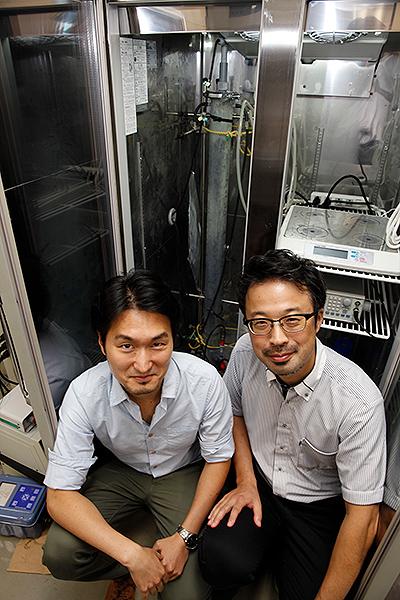 JAMSTEC主任研究員の井町寛之さん (右) とAIST研究員の延優さん (左) ※画像提供:JAMSTEC