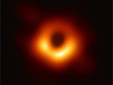 5500万光年離れたブラックホールの影の撮影に成功 史上初の成果と日本の国立天文台など国際チーム
