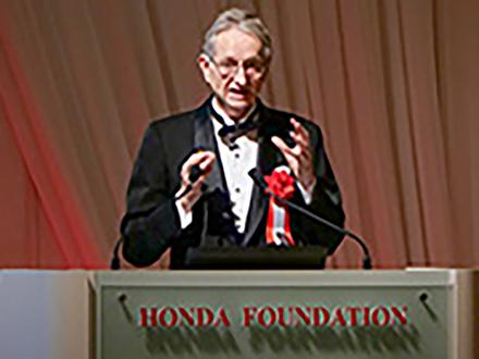 ディープラーニングの先駆的研究と実用化に貢献したヒントン博士に本田賞を授与