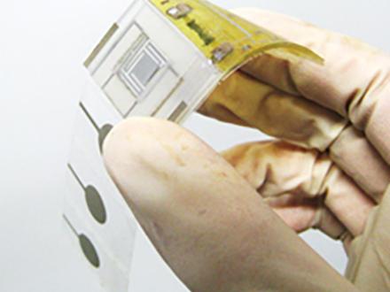 体に貼って簡単に健康管理 大阪府立大がセンサー内蔵型シートを開発