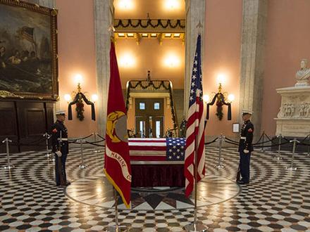 米副大統領ら偉大なアメリカンヒーローをたたえる ジョン・グレン氏葬儀