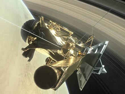 米探査機カッシーニが土星の輪くぐる 最後の任務へ
