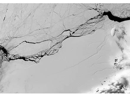 南極の広大な棚氷が割れて氷山に NASAの観測で判明