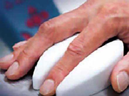 採血せずに指に光を当て血糖値を測定