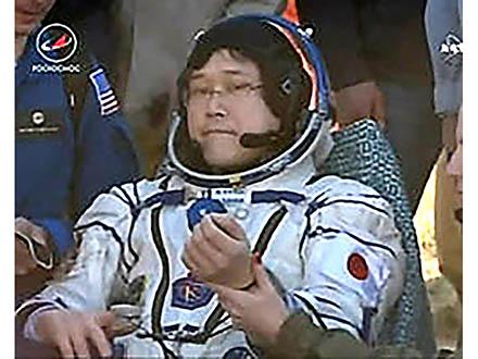 金井さんが地球に帰還し笑顔で手を振る 宇宙ステーションに5カ月半滞在