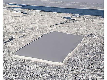 南極海に巨大な長方形の氷山が出現した