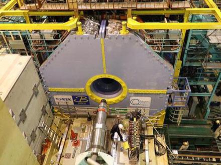 宇宙の成り立ち解明目指す大型加速器が来年初め始動へ 素粒子観測測定器を設置