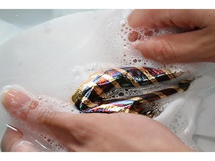 衣服に貼って洗濯もできる超薄型有機太陽電池の工夫に迫る