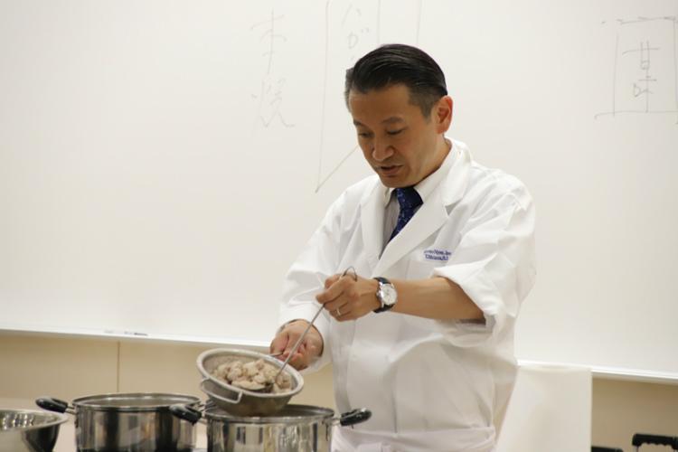 食マネジメント学部客員教授で、和食・寿司店等を経営するがんこフードサービス株式会社副社長の新村猛(しんむら・たけし)さん
