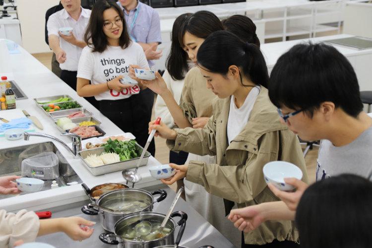 日本の出汁と西洋のスープの違いや共通点、アミノ酸を組み合わせることによる「味の相乗効果」などについて試食しながら学ぶ学生たち※画像提供:立命館大学