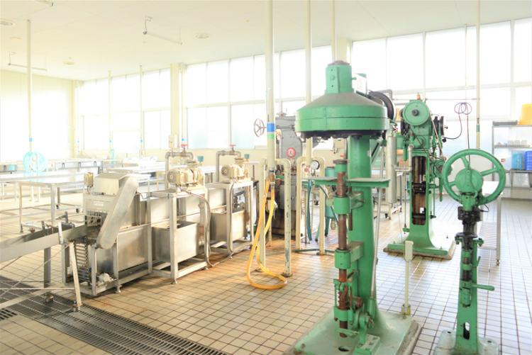 徹底した衛生管理により、清潔感あふれるサバ缶製造実習工場